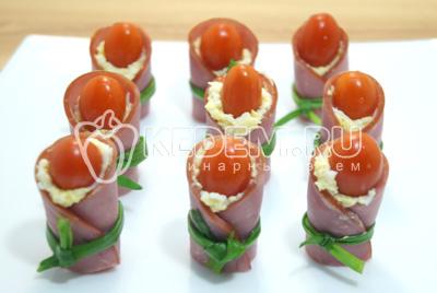Добавить маленькие помидорки.