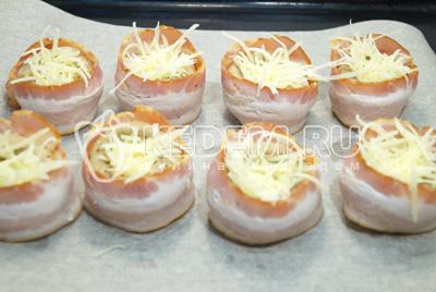 Внутрь добавить тертый сыр.
