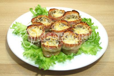 Готовую закуску выложить на блюдо с листьями салата.