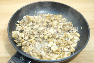 Обжарить на сковороде мелко нарезанные грибы и лук. Немного посолить.