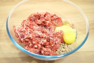 Фарш, лук и батон выложить в миску и добавить яйцо.