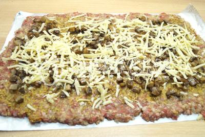 Посыпать поверх грибов тертым сыром.