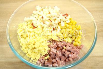 Добавить накрошенные желтки отварных яиц и кубиками нарезанное яблоко.