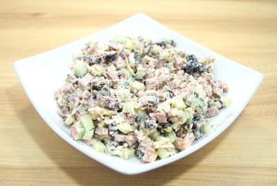 Выложить в салатницу и посыпать оставшимися орехами.