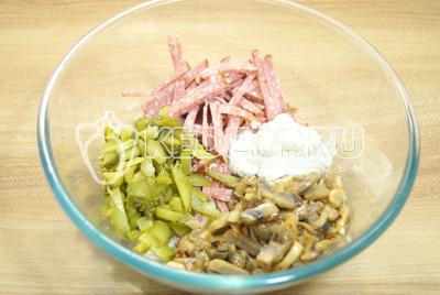 Добавить грибы и майонез. Перемешать салат.