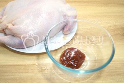 Обмазать курицу соусом барбекю.