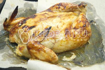 Запекать в разогретой до 180 градусов С духовке 40-45 минут. Готовую курицу остудить на противне.