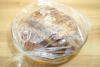 Готовить в духовке при 180 градусов С 1 час. Готовое мясо немного остудить в пакете.