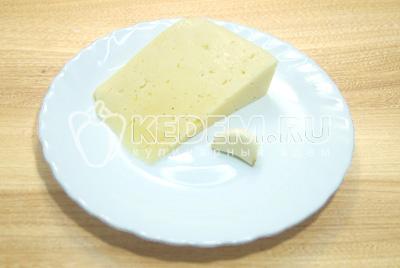Сыр натереть на терке, чеснок очистить и измельчить.