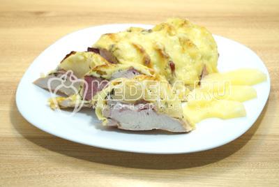 Готовое мясо выложить на блюдо и нарезать на ломтики.