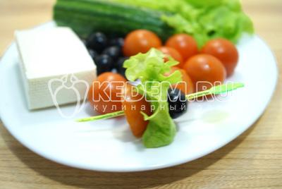 На шпажки на низать маслину, листик салат и половинку помидорчика.