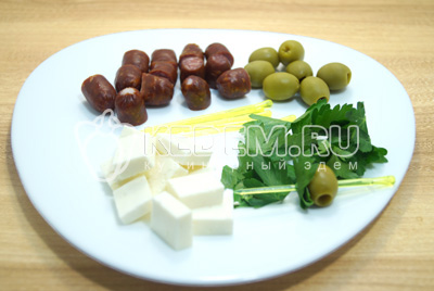 На низать на шпажки оливки и листик петрушки.