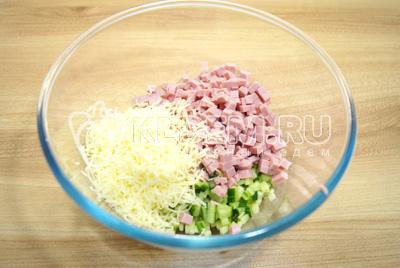 Добавить кубиками нарезанную колбасу и тертый сыр.