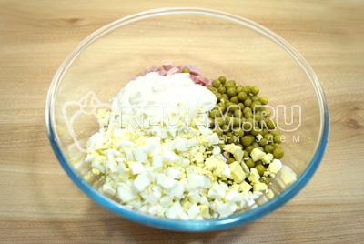 Добавить консервированный зеленый горошек, кубиками нарезанные отварные яйца и майонез. Посолить по вкусу.