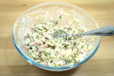 Перемешать салат.