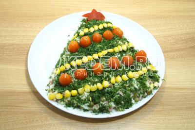 Украсить половинками помидор черри и консервированной кукурузой.