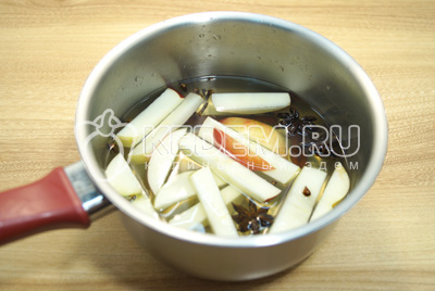 Добавить нарезанное яблоко и поставить на медленный огонь.