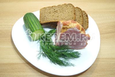 Хлеб и мясо нарезать ломтиками. Огурец нарезать колечками. Зелень промыть.