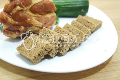 Срезать корочки с хлеба и нарезать маленькими кусочками.