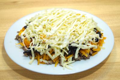 Выложить слой тертого сыра.