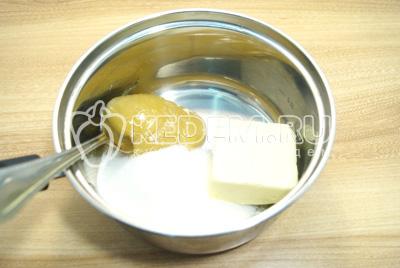 В сотейник выложить сливочное масло, сахар и мёд.