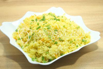 Готовый рис выложить на блюдо и посыпать мелко нашинкованным зеленым луком.