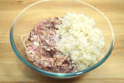 Смешать в миске фарш с рисом.