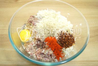 Добавить яйцо, соль, сахар, перец, паприку и сушеные томаты.