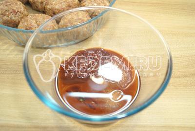 Добавить соль, сахар и растительное масло.