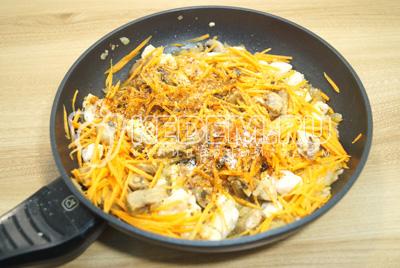 Добавить тертую морковь, специи и соль. Хорошо перемешать.