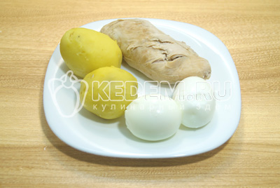 Куриное филе, картофель и яйца отварить до готовности, остудить и очистить.