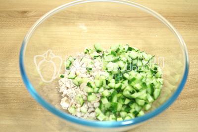 В миску нарезать кубиками куриное филе и свежий огурец.