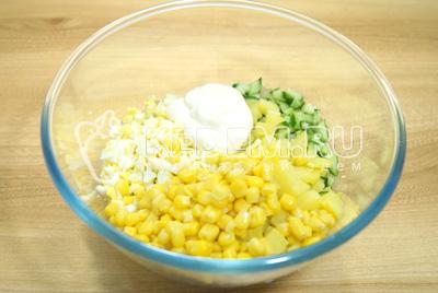 Добавить кукурузу и майонез. Посолить.