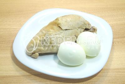 Куриное филе и яйца отварить до готовности, отсудить. Яйца очистить.