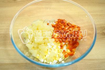 Добавить кубиками нарезанный болгарский перец и ананасы.