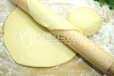 Тесто разделить на две части, каждую раскатать в тонкий пласт (основу для пиццы).