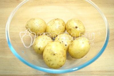 Картофель залить водой и поставить варить до готовности.