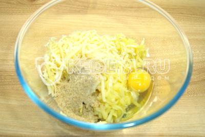 Добавить яйцо, соль и ложку панировочных сухарей.