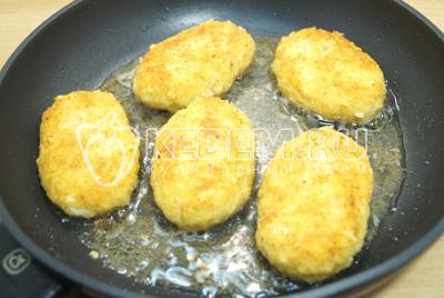 Обжарить на сковороде с растительным маслом с двух сторон.