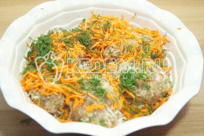 Посыпать тертой морковью и мелко нашинкованным укропом.