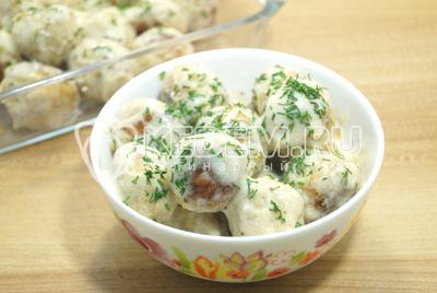 Разложить тефтели по глубоким тарелкам, полить остатками соуса и посыпать мелко нашинкованным укропом.