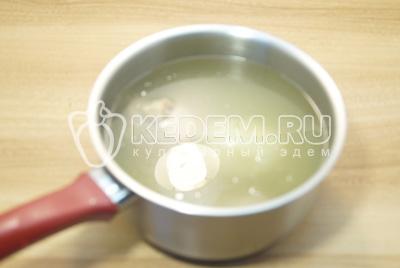 Залить холодной водой и поставить варить, примерно 1 час.