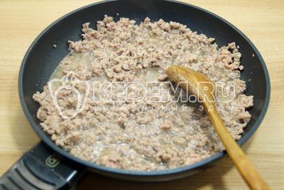 На сковороде с 2 столовыми ложками растительного масла обжарить фарш, хорошо разминая ложкой.