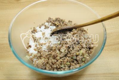 В миске смешать фарш и рис.