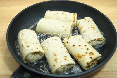 На сковороде разогреть растительное и сливочное масло.