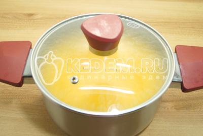 Готовый кисель накрыть крышкой и настаивать 10-12 минут.
