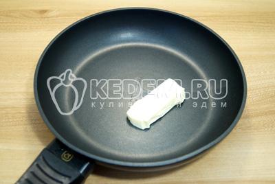 На сковороде разогреть сливочное масло.