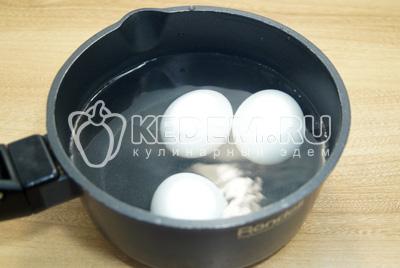 Яйца отварить до готовности, остудить и очистить.