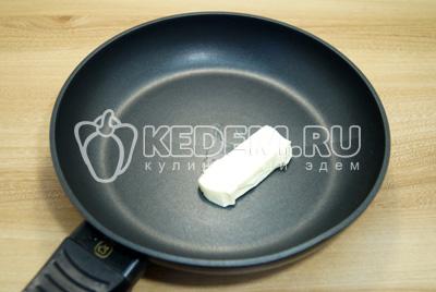 На сковороде разогреть 1 ст. ложку сливочного масла.