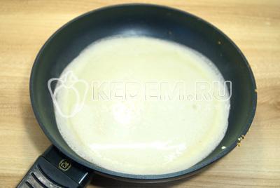 Выпекать тонкие блинчики на сковороде с двух сторон.
